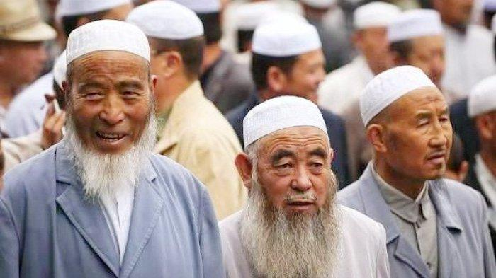 Etnis muslim Uighur di China.