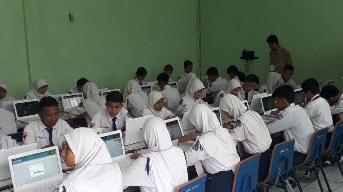 Suasana Ujian Nasional Berbasis Komputer (UNBK) di SMPN 11 Kota Bekasi, Senin (22/4/2019).(KOMPAS.com/DEAN PAHREVI)