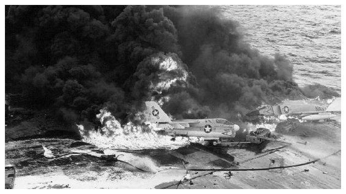USS Enterprise terbakar pada 14 Januari 1969