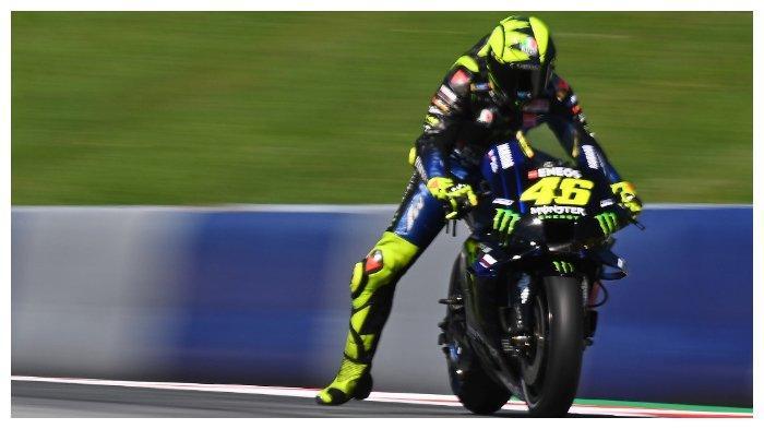 Pembalap Monster Energy, Valentino Rossi, mengerem sebelum memasuki tikungan pada sesi latihan bebas pertama, (21/8/2020), MotoGP Styria.