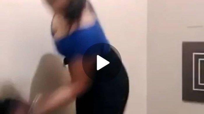 Tangkapan layar seorang perempuan berbaju biru melakukan aksi perundungan terhadap salah seorang perempuan lainnya yang diduga dilakukan di salah satu hotel di Banjarmasin, Kalsel.