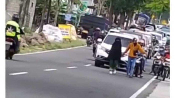 viral wanita jalan di tengah jalan hingga buat macet