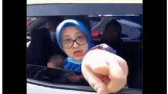 Tangkapan layar video sebuah keluarga pengendara Honda Mobilio caci maki petugas karena tak mau disuruh putar balik di Pos Penyekatan Bogor-Sukabumi.