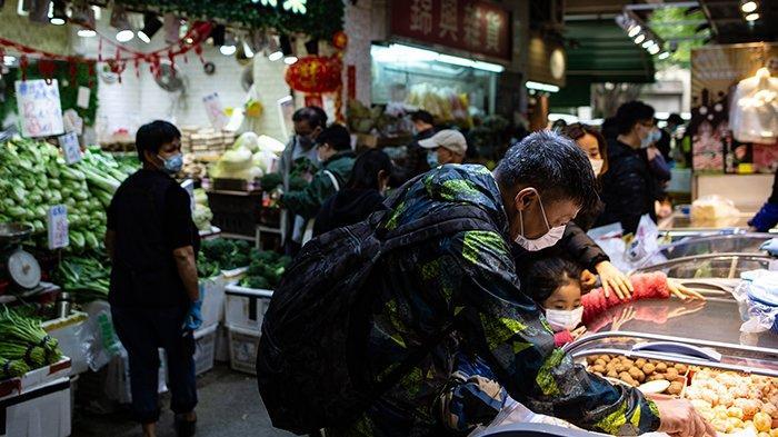 Orang-orang yang memakai masker mengunjungi pasar makanan segar di Hong Kong pada 29 Januari 2020, sebagai langkah pencegahan setelah wabah virus yang dimulai di kota Wuhan di Cina. Virus yang sebelumnya tidak dikenal telah menyebabkan alarm karena kemiripannya dengan SARS (Severe Acute Respiratory Syndrome), yang menewaskan ratusan di seluruh daratan Cina dan Hong Kong pada 2002-2003.
