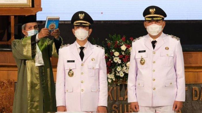 Wali Kota dan Wakil Wali Kota Solo Gibran Rakabuming Raka dan Teguh Prakosa saat pengambilan sumpah jabatan dan pelantikan Gedung Graha Paripurna DPRD Solo pada Jumat (26/2/2021).