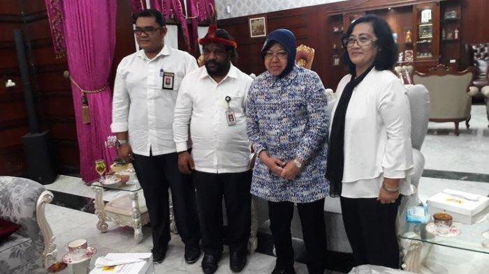 Wali Kota Surabaya Tri Rismaharini menerima kunjungan Staf Khusus Presiden Lenis Kogoya di rumah dinas wali kota, Jalan Sedap Malam, Surabaya, Jawa Timur, Selasa (20/8/2019).