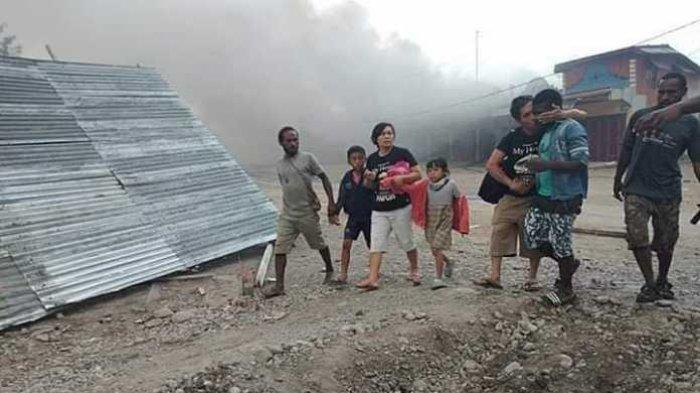 Seorang warga mencium Orang Asli Papua (OAP) yang menyelamatkannya saat kerusuhan di Wamena terjadi, Senin, 23/9/2019.