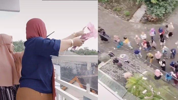 Tangkapan layar video TikTok milik akun @AyangJasmine yang perlihatkan wanita berhijab bagikan uang Rp 100 juta dari atas balkon.