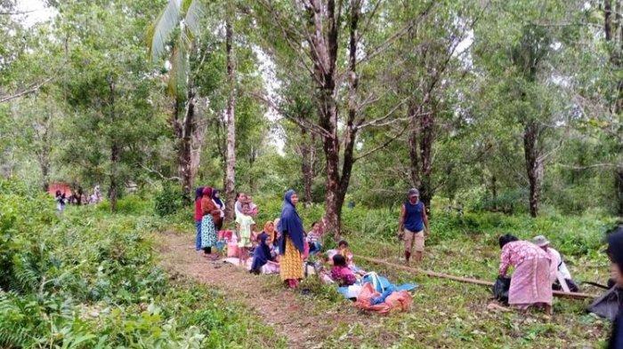 Warga di Desa Tehoru, Kabupaten Maluku Tengah memilih mengungsi ke pegunungan setelah gempa 6,1 magnitudo mengguncnag wilayah tersebut, Rabu (16/6/2021).