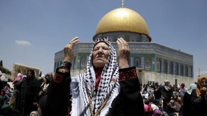 ILUSTRASI - Warga Palestina berdoa di dekat masjid Al Aqsa di Yerusalem.