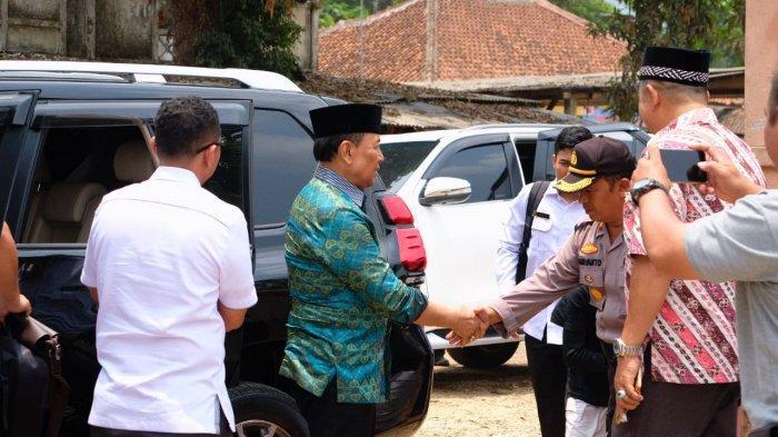 Wiranto sesaat sebelum diserang orang yang menikamnya. (WHATSAPP)