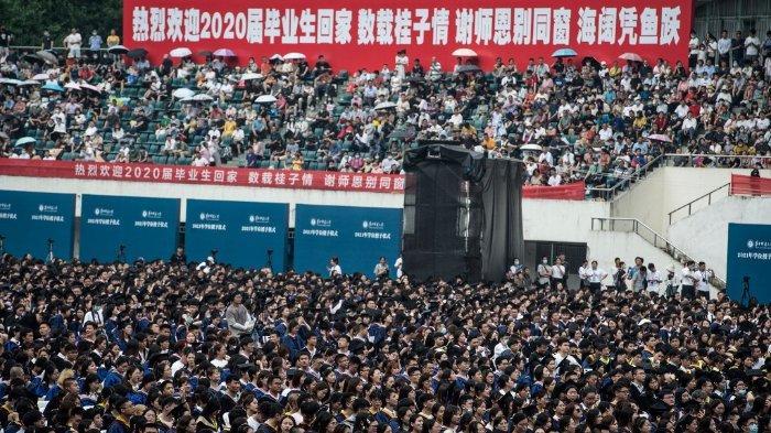 Foto ini diambil pada 13 Juni 2021 menunjukkan hampir 11.000 wisudawan, termasuk lebih dari 2000 mahasiswa yang tidak dapat menghadiri upacara wisuda tahun lalu karena wabah virus corona Covid-19, menghadiri upacara wisuda di Central China Normal University di Wuhan, China. provinsi Hubei tengah.