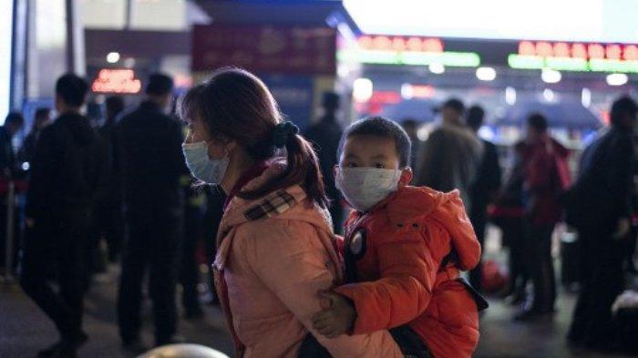 Suasana di Wuhan - Penumpang memakai masker ketika mereka tiba di Stasiun Kereta Api Wuhan Wuchang di Wuhan, awal 8 April 2020, untuk meninggalkan kota di provinsi Hubei tengah Cina. Ribuan pelancong Tiongkok berbondong-bondong untuk mengejar kereta api meninggalkan Wuhan yang dilanda virus korona awal 8 April, ketika pihak berwenang mencabut larangan lebih dari dua bulan pada perjalanan keluar dari kota tempat pandemi global pertama kali muncul.
