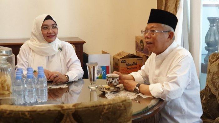 Bersama sang istri, Wury Estu Handayani, ia menyeruput teh hangat. Sudah tersedia makanan seperti tempe, tahu, ikan, dan telur di atas meja kayu itu.