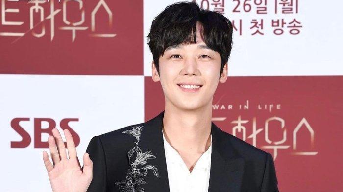 yoon-jong-hoon-adalah-aktor-korea-selatan.jpg