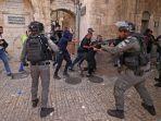 Pengunjuk-rasa-Palestina-lari-dari-pasukan-keamanan-Israel.jpg