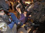 Petugas-keamanan-Israel-membawa-seorang-pengunjuk-rasa-Palestina.jpg