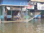 Banjir di Kaligawe Semarang Deras, Bapak-bapak Ini Malah Pancing Ikan Pakai Branjang