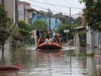 Banjir Landa 57 Titik di Bekasi, Satu Keluarga Positif Covid-19 Dievakuasi Petugas