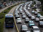 bus-transjakarta-melenggang-di-antara-kemacetan-di-jalan-mh-thamrin-jakarta-pusat.jpg
