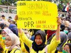 Ratusan Mahasiswa Unjuk Rasa Dekat Gedung DPR, Tuntut Pertanggung Jawaban atas PHK Buruh