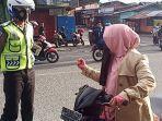 Tak Memakai Helm, Ibu Ini Malah Marah-marah dan Berteriak saat Ditegur Polisi