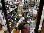 gempa-jepang-februari-2021-pemilik-toko-membersihkan.jpg