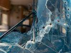 Penumpang Terjebak, Kait Derek Alat Pemadam Kebakaran Hancurkan Sebuah Mobil yang Sedang Melaju