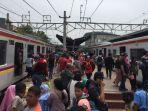 keramaian-penumpang-krl-commuter-line-di-peron-stasiun-duri-jakarta-barat.jpg