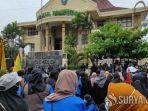 Aksi Teatrikal Mahasiswa Lakukan Salat Jenazah di Depan Gedung DPRD saat Demo Tolak RUU Cipta Kerja