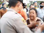 Nenek-nenek di Jambi Ngamuk Rumahnya Kena Gas Air Mata: Aku Tuntut Kalian, Polisi!