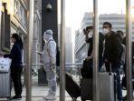 orang-orang-yang-memakai-masker-wajah-tiba-di-stasiun-kereta-api-hankou-di-wuhan.jpg