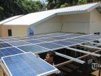 pekerja-memasang-solar-panel-pada-rumah-knock-down-house.jpg