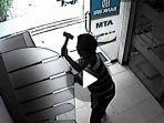 Pria Depresi yang Ditinggal Istri Pukul dan Congkeli ATM BRI dengan Palu & Obeng, Dibebaskan Polisi