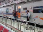 penumpang-naik-kereta-api-di-stasiun-madiun.jpg