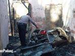 pihak-kepolisian-saat-memeriksa-sepeda-motor-yang-ikut-terbakar-di-koto-tangah.jpg