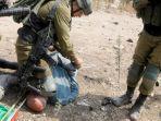 Tentara Israel Tindih Leher Seorang Aktivis Paruh Baya Palestina, Panen Kecaman Masyarakat Dunia