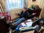 Pria yang Duduk Mengangkat Kaki di Kursi Ketua DPR AS Ditahan: Perilaku Abaikan Total Konstitusi AS