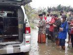 Viral Video Warga Lakukan Pemakaman Pasien Covid-19 Tak Biasa, Salat Jenazah di Tengah Banjir