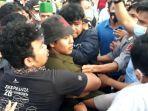 seorang-pengunjuk-rasa-diamankan-polisi-di-depan-mako-polres-palopo.jpg