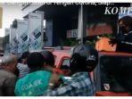 VIRAL, Perempuan di Jogja Bagikan Uang di Jalanan, dari Atas Mobil, Mengaku Terinspirasi Jokowi