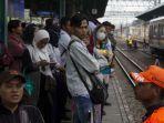 suasana-keramaian-penumpang-kereta-rel-listrik-krl-di-stasiun-manggarai-jakarta-selatan.jpg