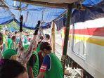 Bantaran Rel Jadi Lokasi Potong Kurban, Warga Kerumuni Lintasan Kereta demi Lihat Proses Pemotongan