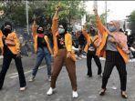 Viral 5 Mahasiswi UNM Buat Video Tiktok saat Demo Tolak Omnibus Law, Spontan Menari Sindir DPR