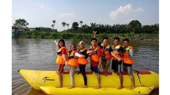 Anggota Komunitas Awan Senja Adventure (ASA) foto bersama di Banana Boat di Teluk Jering Kampar