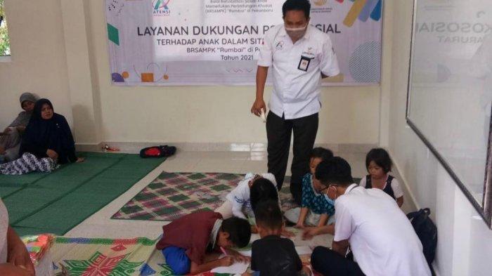 Balai Anak Rumbai Pekanbaru menggelar kegiatan rekreasional yang bersifat menyenangkan melalui kegiatan seni, seperti menggambar, mewarnai, menari, menyanyi, pertunjukan boneka dan permainan teka-teki untuk anak-anak korban banjir di Pekanbaru, Selasa (27/4/2021)
