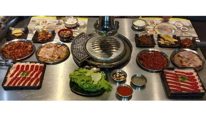 Bermacam menu terhidang di atas meja BBQ di Magal Korean BBQ Mal Living World Pekanbaru