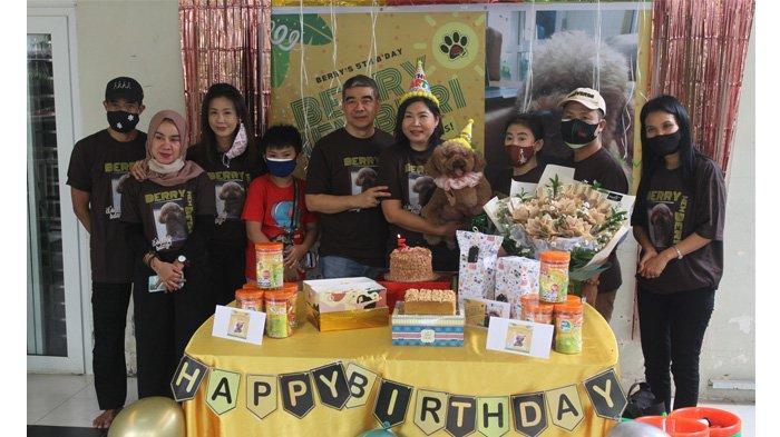 Berry, anjing pudel betina dipegang oleh pemiliknya Eni Keneta foto bersama dengan para pengurus Shelter Dog Lovers Pekanbaru , Jalan Paus Pekanbaru, Kamis (7/1/2021)