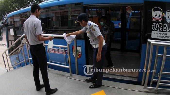 FOTO : Petugas Dishub Sterilisasi Bus Trans Metro Pekanbaru Cegah Penyebaran Virus Corona - bus-tmp-dibersihkan2.jpg