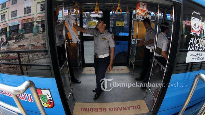 FOTO : Petugas Dishub Sterilisasi Bus Trans Metro Pekanbaru Cegah Penyebaran Virus Corona - bus-tmp-dibersihkan3.jpg